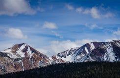 Kolossala korkade berg för snö -, CA Arkivfoto