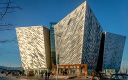 Kolossalt multimediamuseum och informationsmitt om besökare i Belfast royaltyfri foto