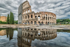 Kolosseum, das im Pool, Rom, Italien sich reflektiert Lizenzfreies Stockfoto