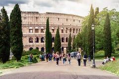 Kolosseum von Park Parco Del Colle Oppio, wenn die Besucher einen Spaziergang machen, in Richtung zum Kolosseum Schöne alte Fenst Lizenzfreie Stockbilder