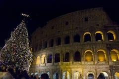 Kolosseum w Rzym przy nocą podczas Bożenarodzeniowych wakacji Fotografia Royalty Free
