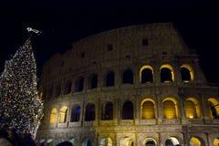 Kolosseum w Rzym przy nocą podczas Bożenarodzeniowych wakacji Zdjęcie Royalty Free