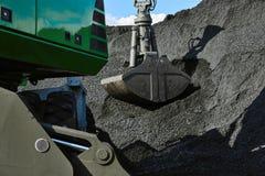 Kolpäfyllningsgrävskopa, högar av kol royaltyfri fotografi