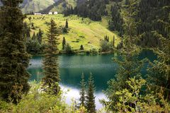Kolsay sjö i Kasakhstan royaltyfri bild