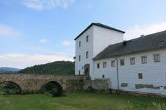 Kolstejn slott med stenbron i Branna, Tjeckien royaltyfri fotografi