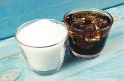 Kolsyrad drink med is Begreppet av sockerinnehållet i sötade drycker royaltyfri bild