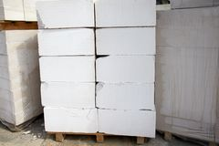 Kolsyrade konkreta kvarter på paletter som lagras på lagret royaltyfri bild
