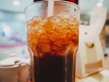 Kolsyrat vatten på exponeringsglas i restaurang royaltyfri foto