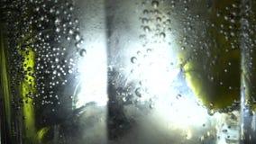 Kolsyrat vatten som häller in i exponeringsglas stock video
