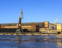 Kolterminal i port av Ventspils Arkivbilder