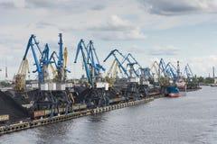 Kolterminal och förtöjd bärare i stora partier Riga Royaltyfria Bilder