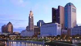 Kolumb, Ohio linia horyzontu przy półmrokiem Zdjęcie Royalty Free