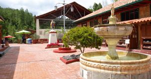 Kolumbia Nemocon podwórze z fontanną przy wejściem solankowa kopalnia zbiory