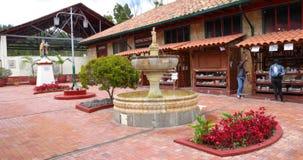 Kolumbia Nemocon podwórze z fontanną przy wejściem solankowa kopalnia zbiory wideo