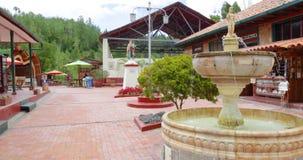 Kolumbia Nemocon podwórze z fontanną przy wejściem solankowa kopalnia zdjęcie wideo