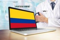 Kolumbia system opieki zdrowotnej w technika temacie Kolumbijska flaga na ekranie komputerowym Doktorska pozycja z stetoskopem w  zdjęcia royalty free