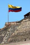 Kolumbianische Markierungsfahne über Barajas-Schloss in Cartagena lizenzfreies stockbild