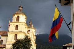 Kolumbianische Markierungsfahne und Kirche stockfotografie