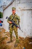 Kolumbianischer Armeesoldat, der ein Sturmgewehr trägt Lizenzfreie Stockfotos