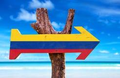 Kolumbien-Flaggenzeichen mit einem Strand auf Hintergrund Stockbilder