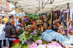 Kolumbien-Straßen-Blumen-Markt in den Turm-Dörfchen, London, Großbritannien Stockfotos