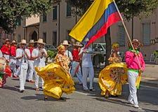 Kolumbijscy tancerze uliczna parada Zdjęcia Stock