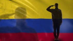 Kolumbijska żołnierz sylwetka salutuje przeciw fladze państowowej, obrończa agencja zdjęcie wideo