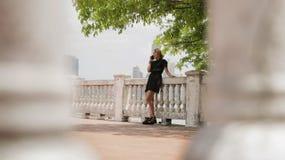 Kolumbijska dziewczyna W Panamskim mieście Opowiada Na telefonie komórkowym Zdjęcia Stock