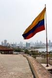 Kolumbijska flaga przy Cartagena linią horyzontu Zdjęcie Royalty Free