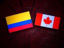 Kolumbijska flaga z kanadyjczyk flaga na drzewnym fiszorku odizolowywającym obrazy stock