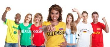 Kolumbijski piłka nożna zwolennik z fan od innych krajów obrazy royalty free