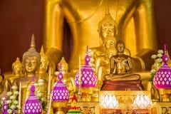 Kolumna Buddha przed dużą Buddha świątynią publicznie, Tajlandia Obraz Stock