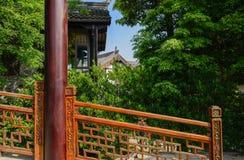Kolumna i balustrada przed Chińskimi tradycyjnymi budynkami w wo Zdjęcia Stock