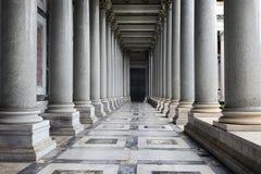 Kolumnada bazylika St Paul na zewnątrz ścian w Rzym obraz royalty free