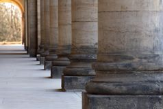 Kolumnada - dno rząd stare szorstkie kamienne kolumny fotografia royalty free