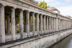 Kolumnada filarów muzealna wyspa w bomblowanie rzece w Berlińskim Niemcy, niski kąt zdjęcie stock