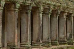 Kolumnada kamienni filary w świątynnych ruinach zdjęcie stock