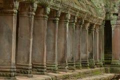 Kolumnada kamienni filary w rujnującej świątyni obrazy royalty free