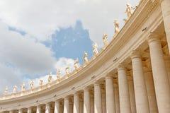 Kolumnada koronująca statuami St Peter ` s kwadrat tła bazyliki bernini miasta fontanny Peter Rome s kwadratowy st Vatican zdjęcie stock