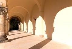 Kolumnada - rząd stare szorstkie kamienne corinthian kolumny, zdjęcie royalty free