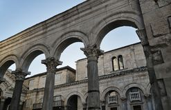 Kolumnada St Dujma katedra w mieście rozłam obrazy stock