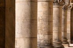 Kolumnada - stare szorstkie kamienne corinthian kolumny z dekoracyjnymi wierzchołkami, obraz stock