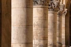 Kolumnada - stare szorstkie kamienne corinthian kolumny z dekoracyjnymi wierzchołkami, fotografia stock
