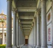 Kolumnada wśrodku Saint Paul bazyliki w Rzym zdjęcie royalty free