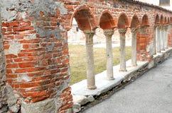 Kolumnada w matttoni czerwieni i białych marmurowych kolumnach zdjęcie royalty free