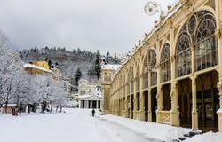 Kolumnada w zdroju Marianske Lazne Marienbad grodzkim republika czech obrazy royalty free