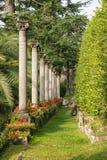 Kolumnada z klasycznymi kolumnami w formalnym ogródzie, Lugano obrazy royalty free