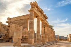 Kolumnada z portyk główną świątynią Lindos Rhodes na tle zmierzch chmury i słońce obrazy royalty free