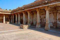 Kolumnadowy przyklasztorny historyczny grobowiec przy Gujarat przy Sarkhej Roza meczetem w Ahmedabad Zdjęcia Stock