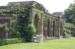 Kolumnady i lwa statuy przy Hever kasztelu włoszczyzną uprawiają ogródek w Anglia zdjęcia stock